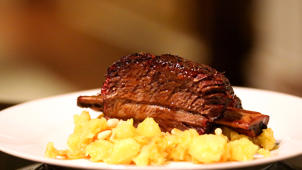 a plate of food: How to make short ribs with chocolate beer glaze