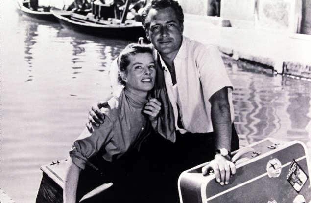 Διαφάνεια 25 από 28: FILM STILLS OF 'SUMMERTIME' WITH 1955, ROSSANO BRAZZI, KATHARINE HEPBURN, VACATION, HOLIDAY, OUTSIDE, OUTDOORS, RIVER, WATER, GONDOLA, BOAT, LUGGAGE, COUPLE, SUNNY, VENICE, ITALY, FILM STILL IN 1955