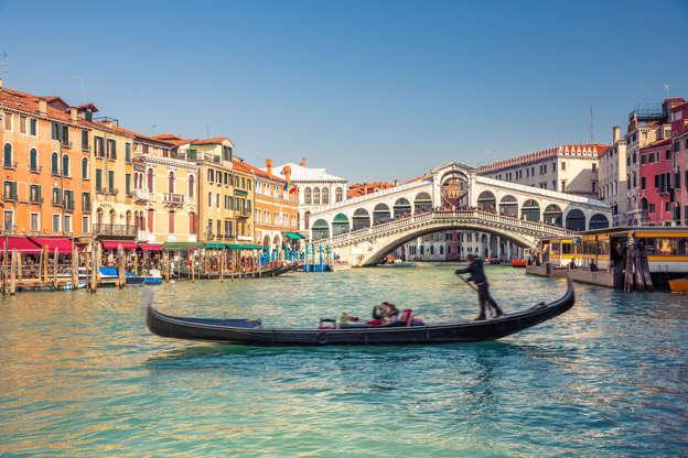 Διαφάνεια 26 από 28: Gondola near Rialto Bridge in Venice, Italy