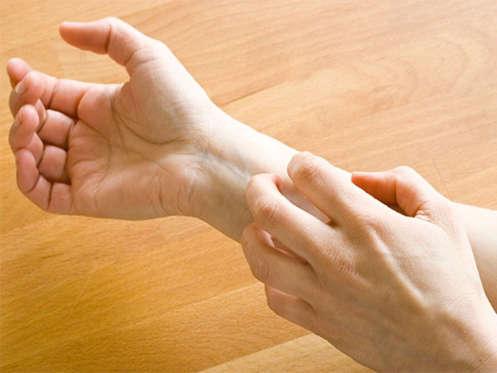 Diapositiva 4 de 12: La primera señal suele ser un dolor como de quemadura u hormigueo y a veces entumecimiento sobre o debajo de la piel. La persona se siente enferma, con fiebre, escalofríos, dolor de cabeza o malestar al estómago. Después de algunos días, aparece sobre la piel una erupción de ampollas llenas de líquido.