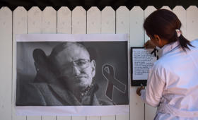 Students and teachers at Stephen Hawking school in Bogota pay homage to the British scientist, following the announcement of his death, aged 76, on March 15, 2018.