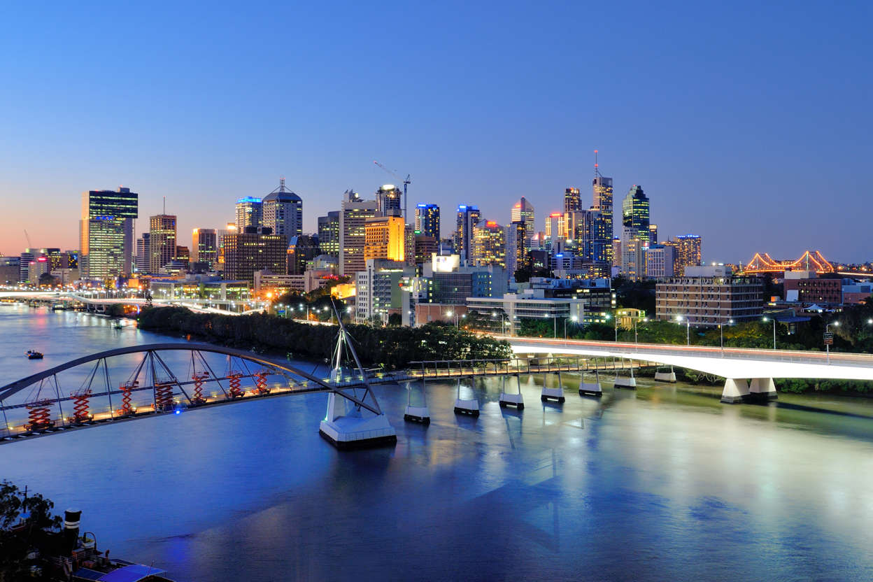 幻灯片 35 - 8: Cityscape of Brisbane CBD at dusk and Brisbane river in front