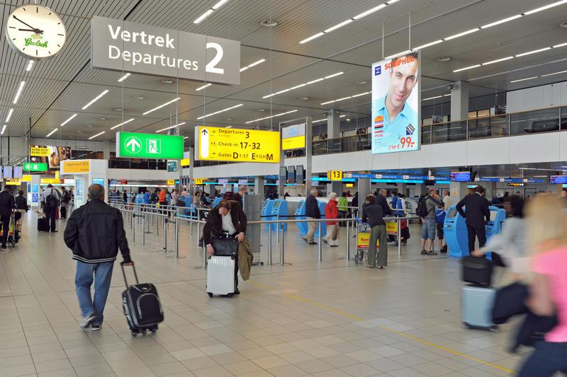 L' aéroport de Schipol. Le terminal des départs, Amsterdam, Pays-Bas. (Photo by Xavier TESTELIN/Gamma-Rapho via Getty Images)