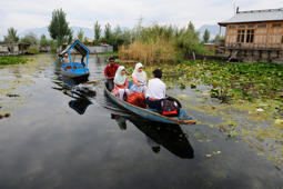 Kashmiris launch campaign to clean Dal Lake