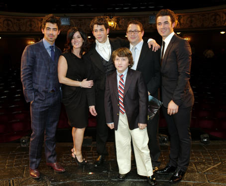 Diapositiva 1 de 13: Cast Change First Night of 'Les Miserables' at the Queen's Theatre Shaftesbury Avenue Backstage After the Performance Nick Jonas (marius) with His Brothers Joe Jonas and Kevin Jonas and Their Parents Denise and Paul Kevin Sr Jonas and Younger Brother Frankie Jonas 21 Jun 2010
