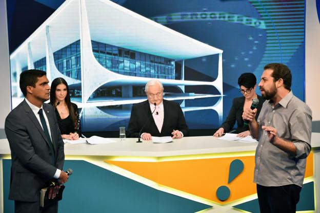 Slide 13 de 20: Cabo Daciolo (à esq) e Guilherme Boulos debatem observados pelos jornalistas Amanda Klein, Bóris Casoy e Mariana Godoy