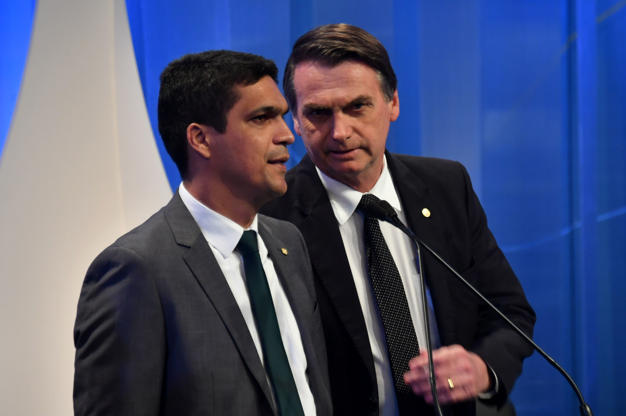 Slide 3 de 20: Cabo Daciolo e Jair Bolsonaro conversam antes de debate na RedeTV!