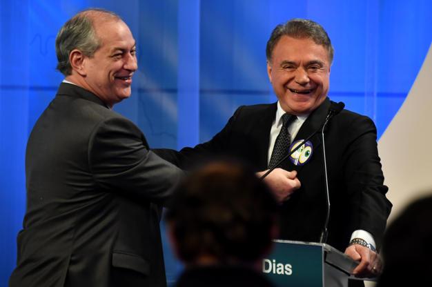 Slide 2 de 20: Ciro Gomes e Álvaro Dias em momento de descontração antes do debate na RedeTV!