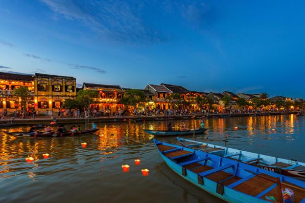 Slide 11 de 24: Sunset falls at Thu Bon river, Hoi An, Vietnam
