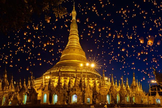 Slide 18 de 24: Shwedagon pagoda with larntern in the sky, Yangon Myanmar