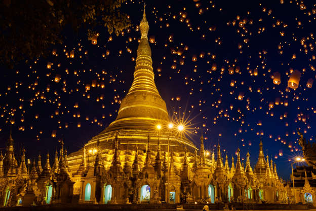 Slide 18 de 24: Shwedagon pagoda with larntern in the sky, Yangon Myanmar