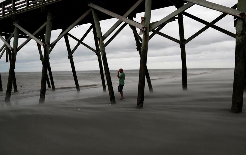 Matt Stone de Surfside Beach observa los vientos en la playa durante el huracán Florence en Surfside Beach, Carolina del Sur, EE.UU. el 14 de septiembre de 2018.