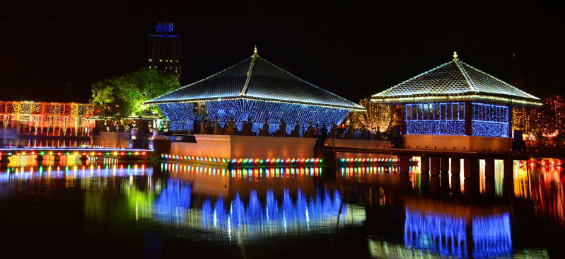 Slide 23 de 24: Colombo bere lake at night on Vesak Day