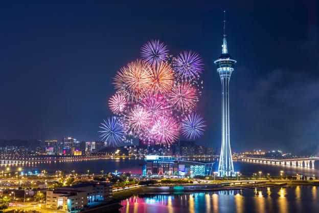 Slide 10 de 24: Macau colourful fireworks over the bay