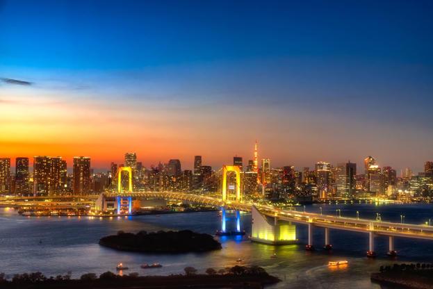 Slide 9 de 24: Tokyo skyline with Tokyo tower and rainbow bridge. Tokyo, Japan.