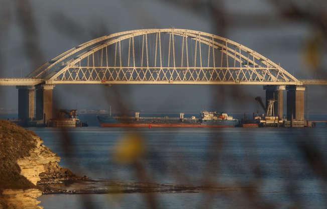 2018年11月25日,克里米亚的一艘乌克兰海军船只被俄罗斯阻止通过黑海的刻赤海峡进入亚速海,俄罗斯的一艘货船在连接俄罗斯大陆与克里米亚半岛的桥梁下面被看见。REUTERS / Pavel雷布罗夫