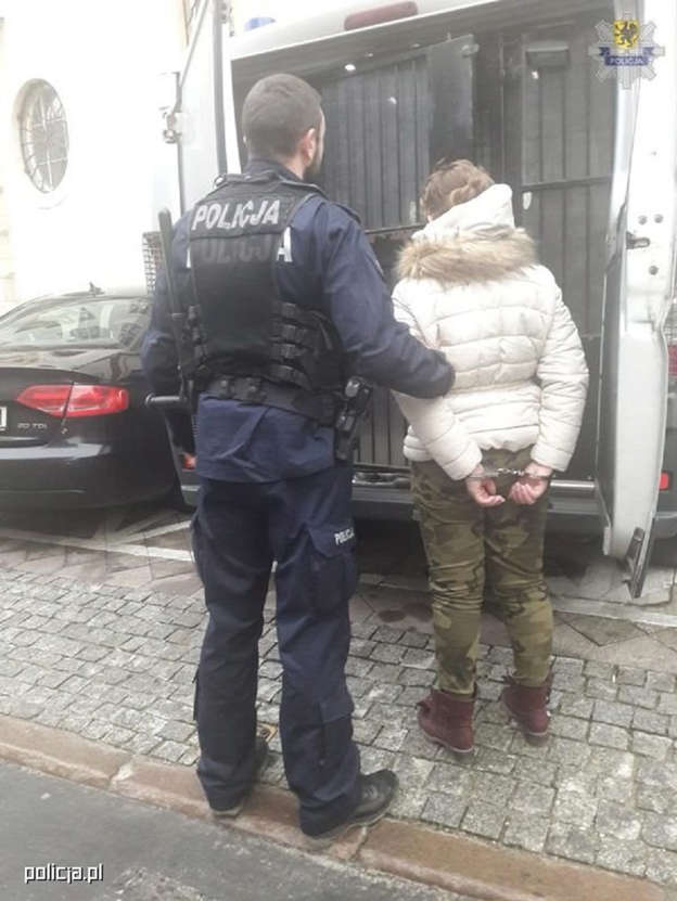 """5c679258f Oszustwo metodą """"na policjanta"""". Zatrzymano 42-letnią kobietę"""