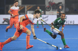 Pakistan's Umar Bhutta (R) fights for the ball with Netherland's Lars Balk during the field hockey group stage match between Netherland and Pakistan at the 2018 Hockey World Cup in Bhubaneswar on December 9, 2018. (Photo by Dibyangshu SARKAR / AFP)        (Photo credit should read DIBYANGSHU SARKAR/AFP/Getty Images)