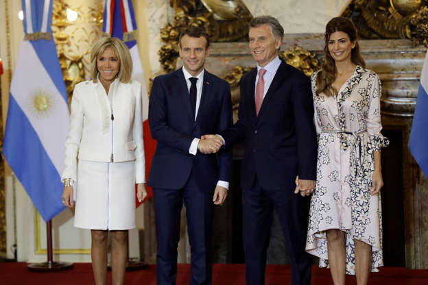 Diapositiva 47 de 55: Argentina's President Mauricio Macri, second from right, and his wife Juliana Awada, right, welcome France's President Emmanuel Macron, second from left, and first lady Brigitte Macron to the presidential palace in Buenos Aires, Argentina, Thursday, Nov. 29, 2018. Leaders from the Group of 20 industrialized nations will meet in Buenos Aires for two days starting Friday.