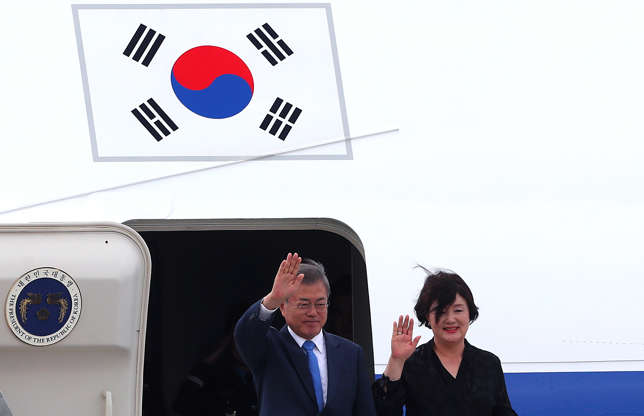 Diapositiva 51 de 55: South Korea's President Moon Jae-in and his wife Kim Jung-sook arrive ahead of the G20 leaders summit in Buenos Aires, Argentina November 29, 2018.