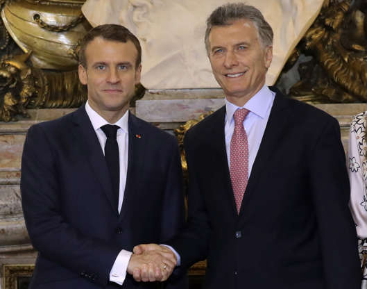 Diapositiva 46 de 55: France's President Emmanuel Macron (L) shakes hands with Argentina's President Mauricio Macri at the Casa Rosada presidential palace in Buenos Aires, on November 29, 2018, on the eve of the G20 Leaders' Summit. - Global leaders gather in the Argentine capital for a two-day G20 summit beginning on Friday likely to be dominated by simmering international tensions over trade.
