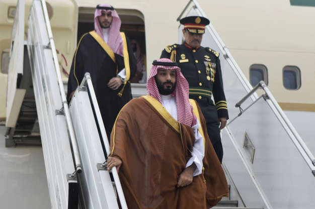 Diapositiva 55 de 55: In this photo provided by the G20 Argentina press office, Saudi Arabia's Crown Prince Mohammed bin Salman deplanes at the airport in Buenos Aires, Argentina, Wednesday, Nov. 28, 2018. The prince, who will attend the two-day G20 Summit on Friday and Saturday, was taken to the Saudi embassy in Buenos Aires which is being guarded by dozens of police officers.