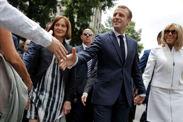 Diapositiva 48 de 55: France's President Emmanuel Macron greets bystanders as he tours, with his wife Brigitte Macron, the Playa de Mayo square in Buenos Aires, Argentina, Thursday, Nov. 29, 2018. Leaders from the Group of 20 industrialized nations will meet in Buenos Aires for two days starting Friday.