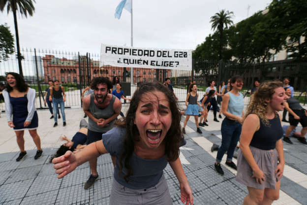 """Diapositiva 42 de 55: Demonstrators perform outside the presidential palace, ahead of the Group 20 summit, in Buenos Aires, Argentina November 29, 2018. The writing on the banner reads """"Property of the G20, who chooses?"""".  REUTERS/Sergio Moraes"""