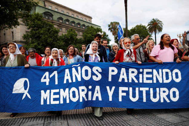 """Diapositiva 40 de 55: Members of the human rights organisation Madres the Plaza de Mayo (Mothers of Plaza de Mayo) march together while holding a banner reading """"41 years bearing memory and future,"""" ahead of the Group 20 summit, in Buenos Aires, Argentina November 29, 2018. REUTERS/Carlos Garcia Rawlins"""