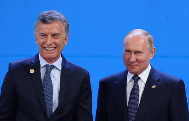 Diapositiva 5 de 55: Russia's President Vladimir Putin and Argentina's President Mauricio Macri prepare for a family photo during the G20 leaders summit in Buenos Aires, Argentina November 30, 2018.