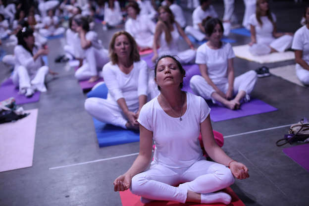 """Diapositiva 34 de 55: Attendees perform yoga during an event called """"Yoga por la paz"""" (Peace through Yoga) before the arrival of Indian Prime Minister Narendra Modi, during a sideline event ahead of the Group 20 summit in Buenos Aires, Argentina, November 29, 2018."""