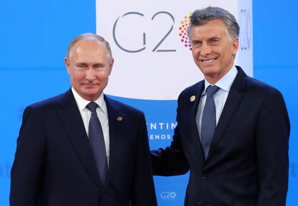 Diapositiva 16 de 55: Russia's President Vladimir Putin is welcomed by Argentina's President Mauricio Macri as he arrives for the G20 leaders summit in Buenos Aires, Argentina November 30, 2018.