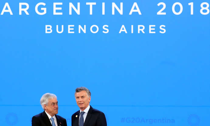 Diapositiva 8 de 55: Chile's President Sebastian Pinera is welcomed by Argentina's President Mauricio Macri as he arrives for the G20 leaders summit in Buenos Aires, Argentina November 30, 2018.