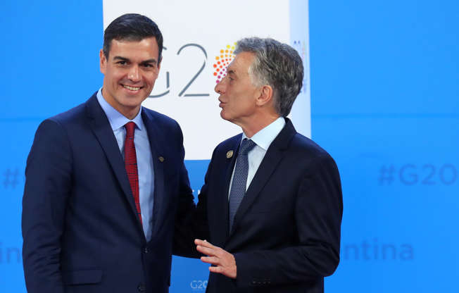 Diapositiva 12 de 55: Spain's Prime Minister Pedro Sanchez is welcomed by Argentina's President Mauricio Macri as he arrives for the G20 leaders summit in Buenos Aires, Argentina November 30, 2018.