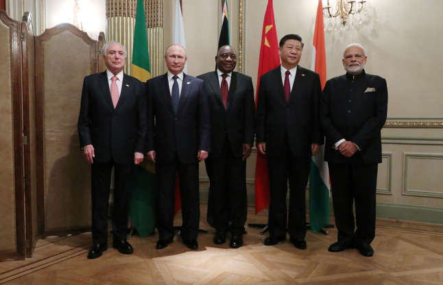 Diapositiva 1 de 55: Brazilian President Michel Temer, Russian President Vladimir Putin, South African President Cyril Ramaphosa, Chinese President Xi Jinping and Indian Prime Minister Narendra Modi pose for a family photo during the G20 leaders summit in Buenos Aires, Argentina November 30, 2018.