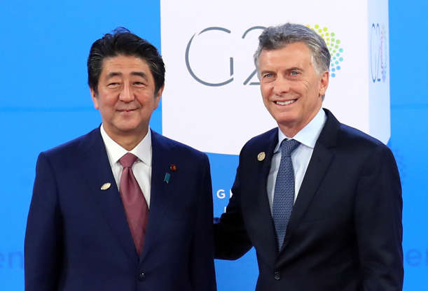 Diapositiva 13 de 55: Japanese Prime Minister Shinzo Abe is welcomed by Argentina's President Mauricio Macri as he arrives for the G20 leaders summit in Buenos Aires, Argentina November 30, 2018.
