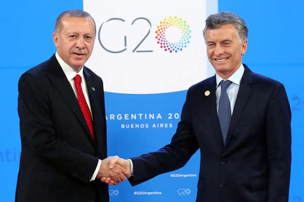 Diapositiva 17 de 55: Turkish President Tayyip Erdogan is welcomed by Argentina's President Mauricio Macri as he arrives for the G20 leaders summit in Buenos Aires, Argentina November 30, 2018.