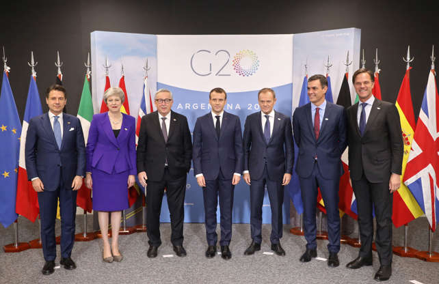 Diapositiva 30 de 55: (L-R) Italian Prime Minister Giuseppe Conte, British Prime Minister Theresa May, the president of the European Commission Jean Claude Juncker, French President Emmanuel Macron, the president of the European Council Donald Tusk, Spanish Prime Minister Pedro Sanchez and the Netherland's Prime Minister Mark Rutte pose as they meet for a working session prior to the G20 Summit on November 29, 2018, in Buenos Aires.