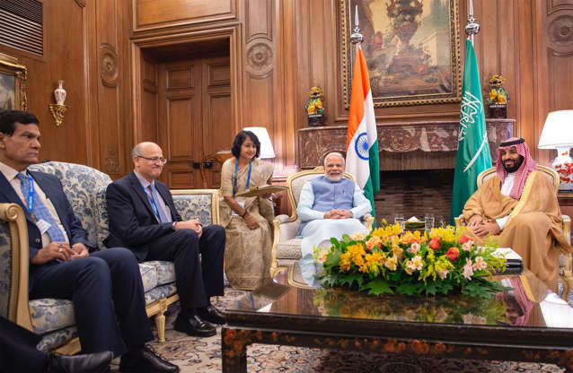 Diapositiva 28 de 55: BUENOS AIRES, ARGENTINA - NOVEMBER 30: (EDITORIAL USE ONLY  MANDATORY CREDIT - 'BANDAR ALGALOUD / SAUDI KINGDOM COUNCIL / HANDOUT' - NO MARKETING NO ADVERTISING CAMPAIGNS - DISTRIBUTED AS A SERVICE TO CLIENTS----) Crown Prince of Saudi Arabia Mohammad bin Salman (R) meets with Prime Minister of India Narendra Modi (2nd R) prior to the G20 Leaders Summit in Buenos Aires, Argentina on November 30, 2018.