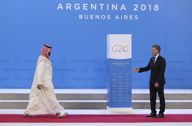 Diapositiva 19 de 55: Saudi Arabia's Crown Prince Mohammed bin Salman, left, enters to shake hands with Argentina's President Mauricio Macri at the start of the G20 summit in Buenos Aires, Argentina, Friday, Nov. 30, 2018. Leaders from the Group of 20 industrialized nations are meeting in Buenos Aires for two days starting today.