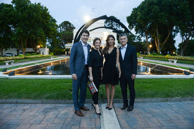 Diapositiva 32 de 55: Canada's Prime Minister Justin Trudeau, his wife Sophie Gregoire Trudeau and Argentina's President Mauricio Macri and first lady Juliana Awada pose for a photo at the Olivos Presidential Residence ahead of the G20 leaders summit in Buenos Aires, Argentina November 29, 2018. Picture taken November 29, 2018.
