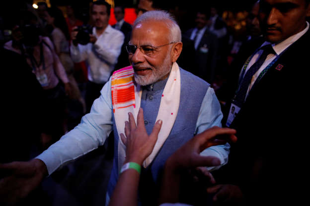 """Diapositiva 33 de 55: Indian Prime Minister Narendra Modi greets attendees at the end of a sideline event ahead of the Group 20 summit called """"Yoga por la paz"""" (Peace through Yoga) in Buenos Aires, Argentina, November 29, 2018."""