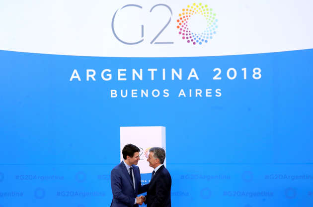 Diapositiva 38 de 55: Canada's Prime Minister Justin Trudeau is welcomed by Argentina's President Mauricio Macri as he arrives for the G20 leaders summit in Buenos Aires, Argentina November 30, 2018.