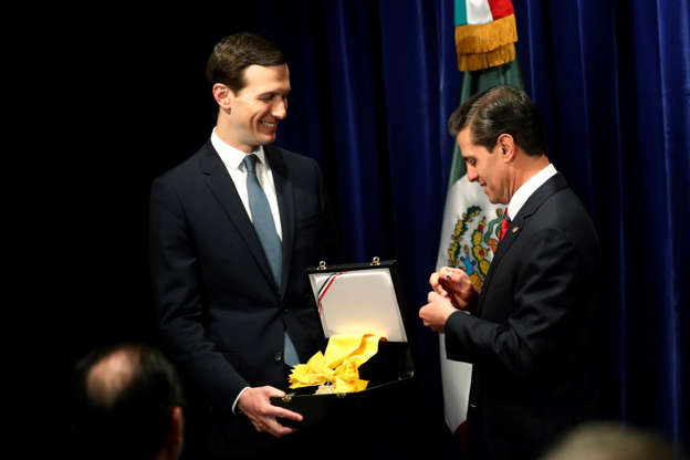 Diapositiva 26 de 55: Mexican President Enrique Pena Neto, right, awards White House Senior Adviser Jared Kushner with The Order of the Aztec Eagle, the highest Mexican order awarded to foreigners, Friday, Nov. 30, 2018 in Buenos Aires, Argentina.