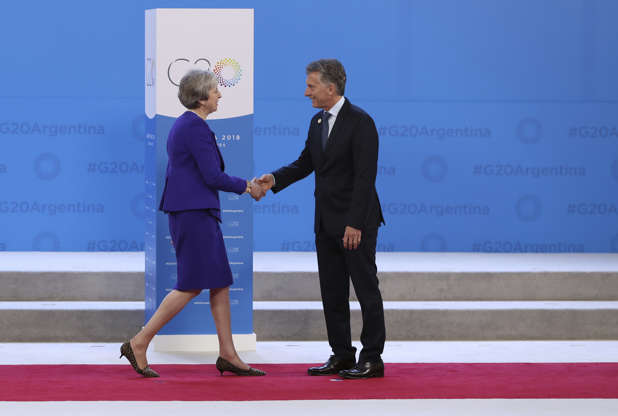 Diapositiva 21 de 55: Britain's Prime Minister Theresa May, left, enters to shake hands with Argentina's President Mauricio Macri at the start of the G20 summit in Buenos Aires, Argentina, Friday, Nov. 30, 2018. Leaders from the Group of 20 industrialized nations are meeting in Buenos Aires for two days starting today.