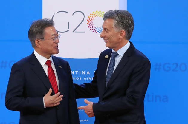 Diapositiva 18 de 55: South Korea's President Moon Jae-in is welcomed by Argentina's President Mauricio Macri as he arrives for the G20 leaders summit in Buenos Aires, Argentina November 30, 2018.