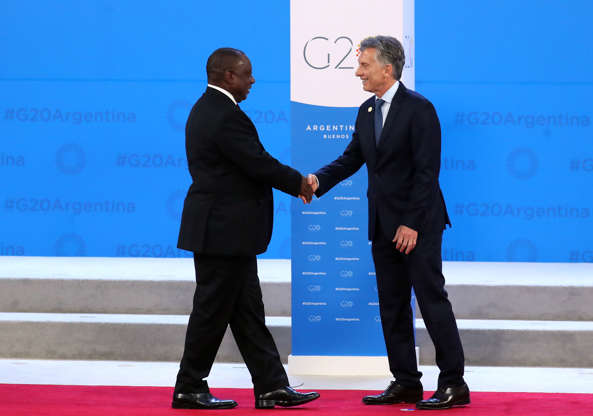 Diapositiva 14 de 55: South Africa's President Cyril Ramaphosa is welcomed by Argentina's President Mauricio Macri as he arrives for the G20 leaders summit in Buenos Aires, Argentina November 30, 2018.
