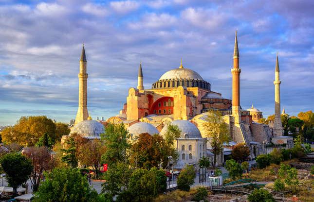 """Slide 12 de 26: O Lonely Planet é poético ao falar da Turquia, prometendo aos viajantes """"a melhor culinária que algum dia provarão"""" e descreve um generoso quadro da cidade de Istambul, mencionando o lendário Grand Bazaar, os palácios e sítios religiosos magníficos, incluindo Hagia Sofia (foto). Entretanto, instabilidade econômica, a ameaça terrorista e as consequências de um golpe militar em 2016 atingiram de maneira dura o turismo. Quem gosta de viajar e gastar pouco pode ver uma oportunidade ali, no entanto—o preço médio de uma diária de hotel caiu cerca de 30% desde 2015."""