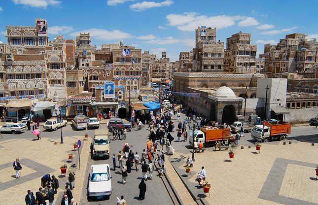 """Slide 21 de 26: É um país de 27 milhões de pessoas no Golfo Pérsico. Teria sido o lar da Rainha de Sabá. Hoje o maior aeroporto do país está fechado para a aviação civil e o país vive em um """"limbo político"""" , segundo a BBC, como resultado como resultado de anos de conflito entre forças do governo e rebeldes Houthi. Um jornalista holandês realizou a viagem à capital e detalhou suas impressões em inglês no de Volkskrant."""