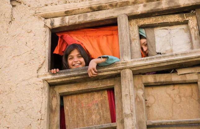 """Slide 25 de 26: Por incrível que possa soar a informação, o Afeganistão era uma parada da """"trilha hippie"""", uma rota que mochileiros ocidentais usavam para cruzar a Ásia. Sua capital, Cabul, era descrita como a 'Paris do Leste', e uma das primeiras edições do guia Lonely Planet manifestava a preocupação de que a cidade pudesse se tornar uma """"armadilha de turistas"""". Os majestosos Budas de Bamiyan—destruídos pelo Talibã em 2001—eram outra popular atração turística. Um golpe com apoio soviético em Cabul deu um fim à """"hippie trail"""" e desencadeou mais de quatro décadas de guerra. Canadá e Estados Unidos hoje aconselham a evitar o país."""